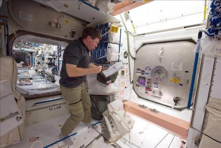 20110302082845-4187205647-astronautas-preparados-segunda-excursion-espacial-discovery.jpg